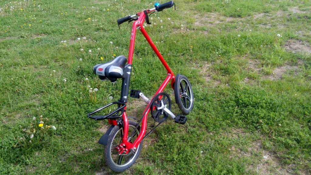 Едет на велосипеде и трется вагиной фото 794-535