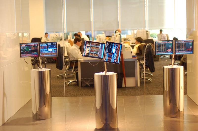 В каких условиях трудятся финансисты: Экскурсия по офисам Goldman Sachs и Bloomberg