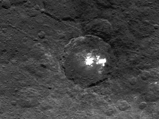 белые пятна цереры: получено новое фото загадочного феномена НАСА обнародовало снимки пирамиды на Церере