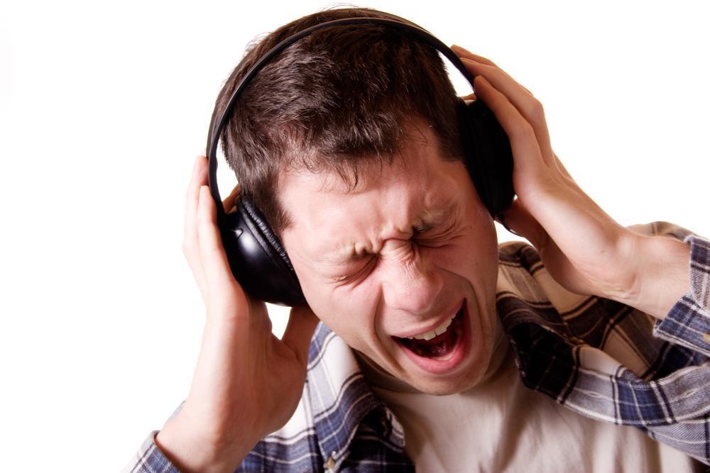 Человек слушает музыку в наушниках