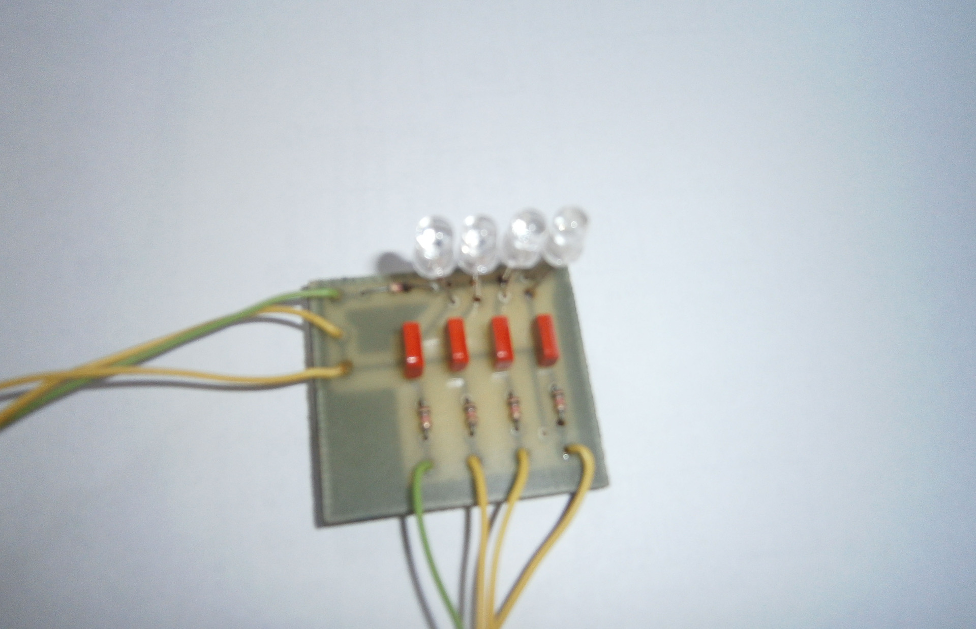 схема индикатора входного сигнала на светодиодах