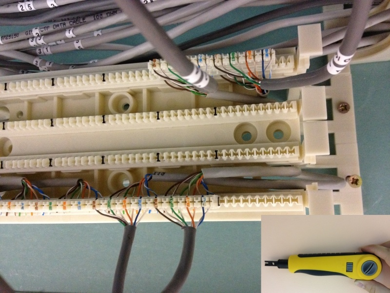 Вид настенной 110-й кросс панели в процессе монтажа, а также нож для заделки проводов.