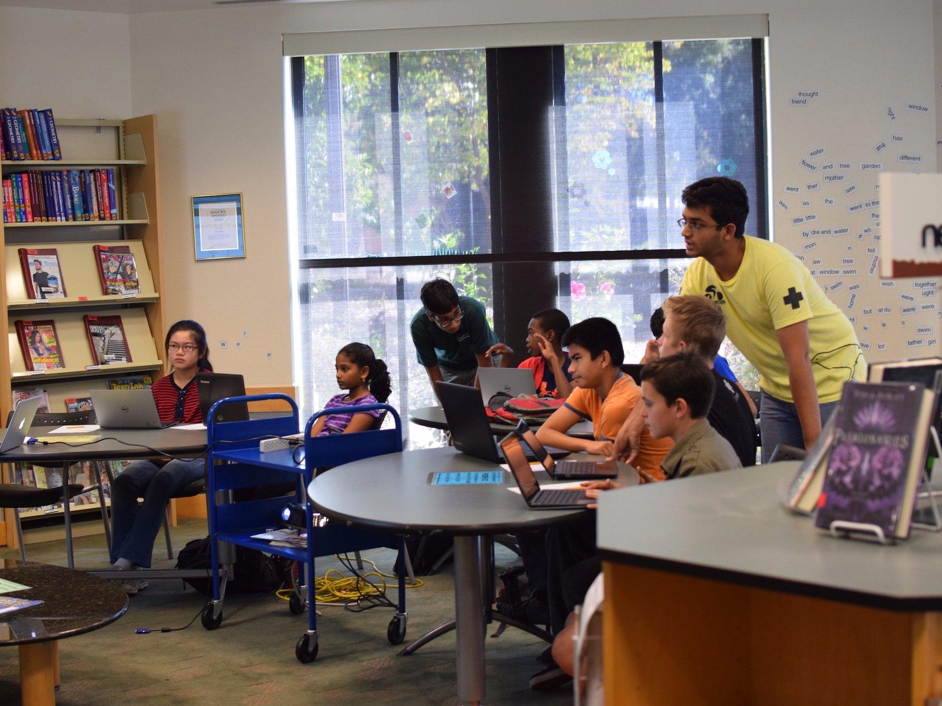 Дети обучаются программированию в библиотеке.