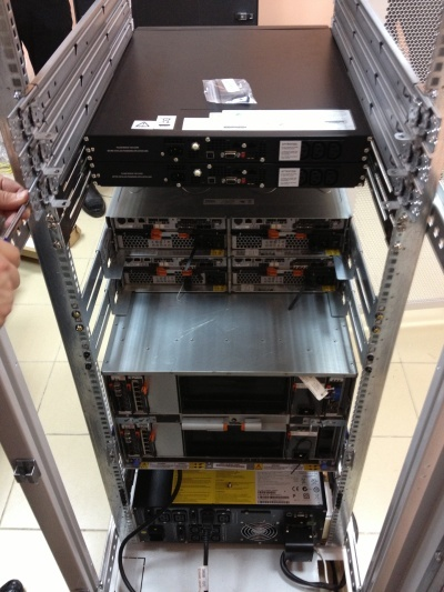 Процесс монтажа оборудования в стойку.