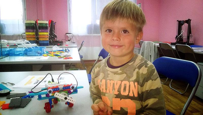 Мой сын Богдан с первым собранным роботом