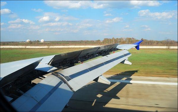 Механизация крыла самолета А-320. Хорошо видны спойлеры и закрылки