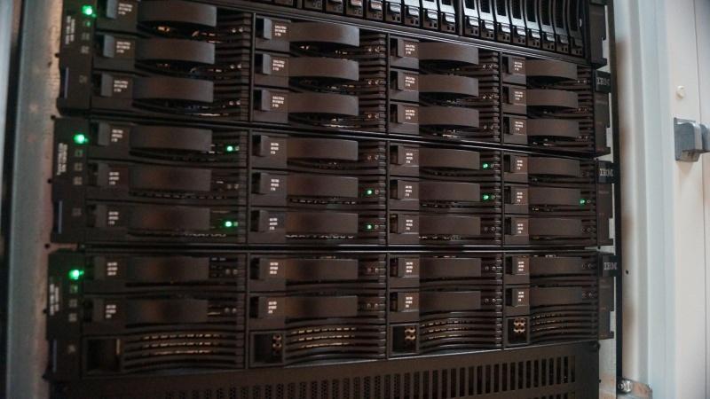Полки с жёсткими дисками IBM DS3512 и вверху видна полка DS3524.