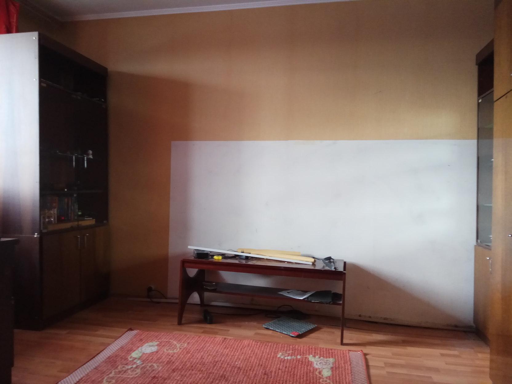 Исходная стена с обоями по пояс