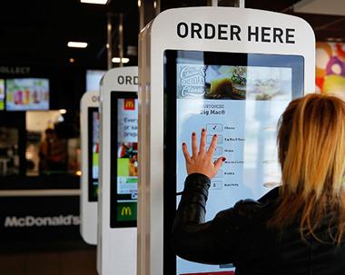 Как современные платежные технологии используются предприятиями общественного питания по всему миру