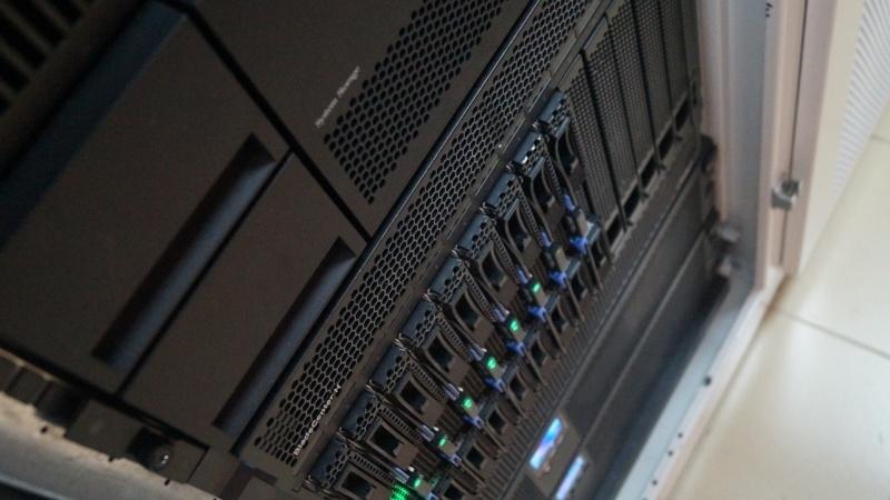 На переднем плане ленточная библиотека IBM TS3200.