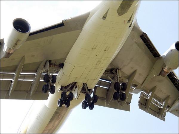 Механизация Боинг-747. Трехщелевые закрылки Фаулера, предкрылки Крюгера (ближе к фюзеляжу), обычные предкрылки (дальше).