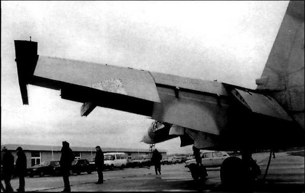 Мощная механизация палубного истребителя (СУ-27К). Самый правый - флаперон