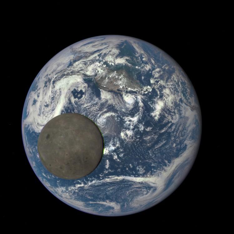 Аппарат DSCOVR снял Луну, проходящую на фоне Земли