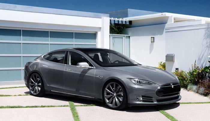 за счет чего электромобиль tesla model s имеет такую мощьность движка