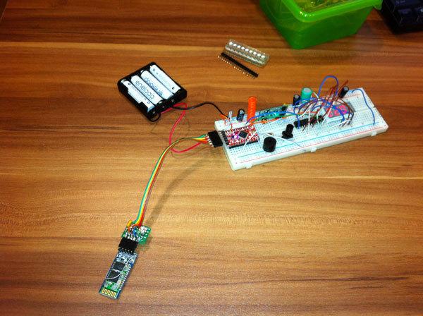 Плата Arduino подключена к Bluetooth модулю для беспроводной заливки