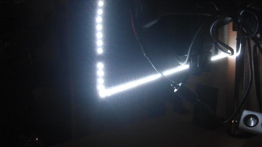 Светодиодная подсветка за монитором, вид сзади, включена подсветка