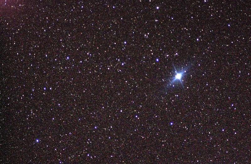 Мерцающая звезда на небе разными цветами