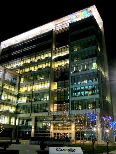 Здание Google вечером