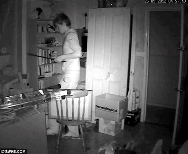 Они включили камеру пока родители ушли из дому