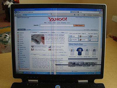 Сайт Yahoo.com на поврежденном экране ноутбука ASUS M3000. Половина информации не читается!