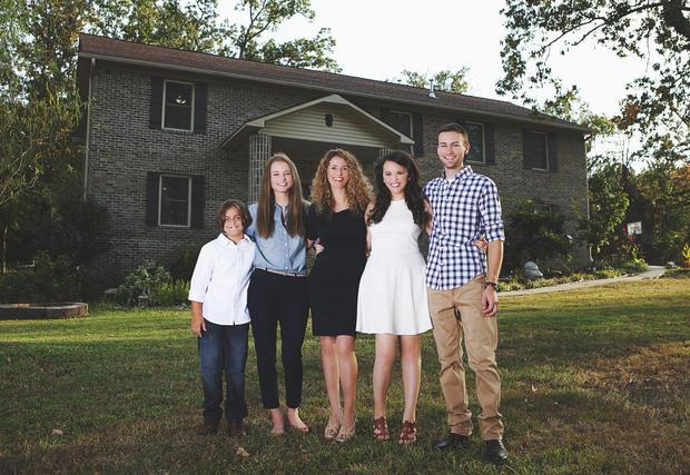 Мать 4-х детей построила сама дом Используя видео из интернета