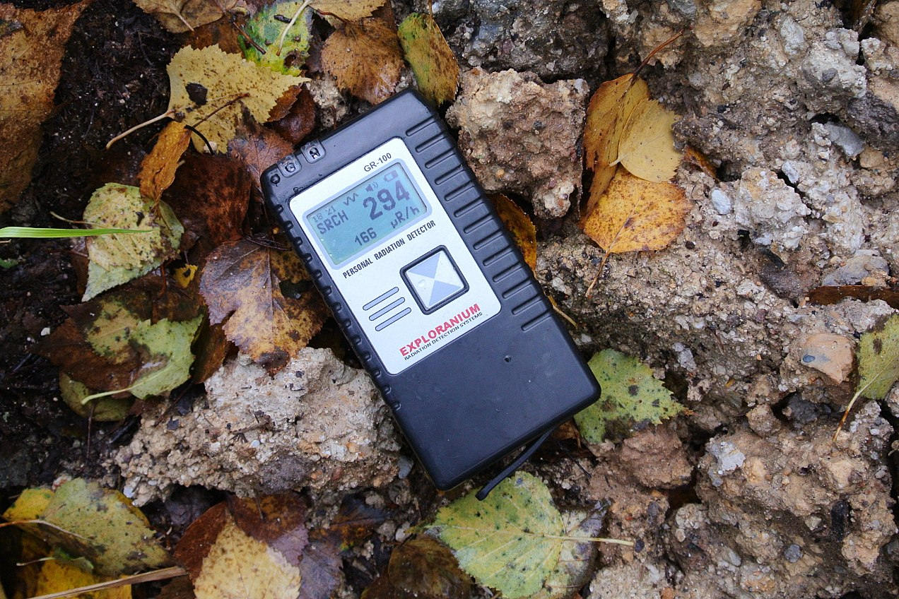 Профессиональный сцинтилляторный дозиметр на месте радиоактивного заражения (уровень радиации - цифры внизу)