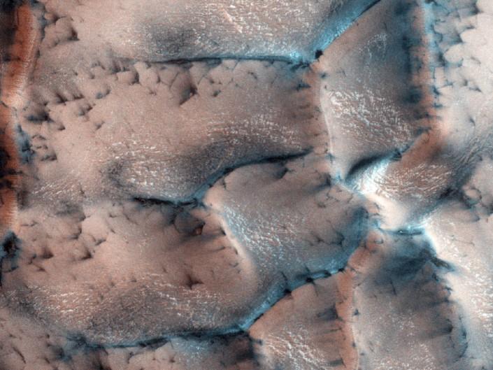 Mars Reconnaissance Orbiter, похоже, засек на Марсе лед