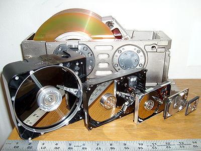 Шесть типоразмеров жёстких дисков. Для масштаба рядом лежит дюймовая линейка