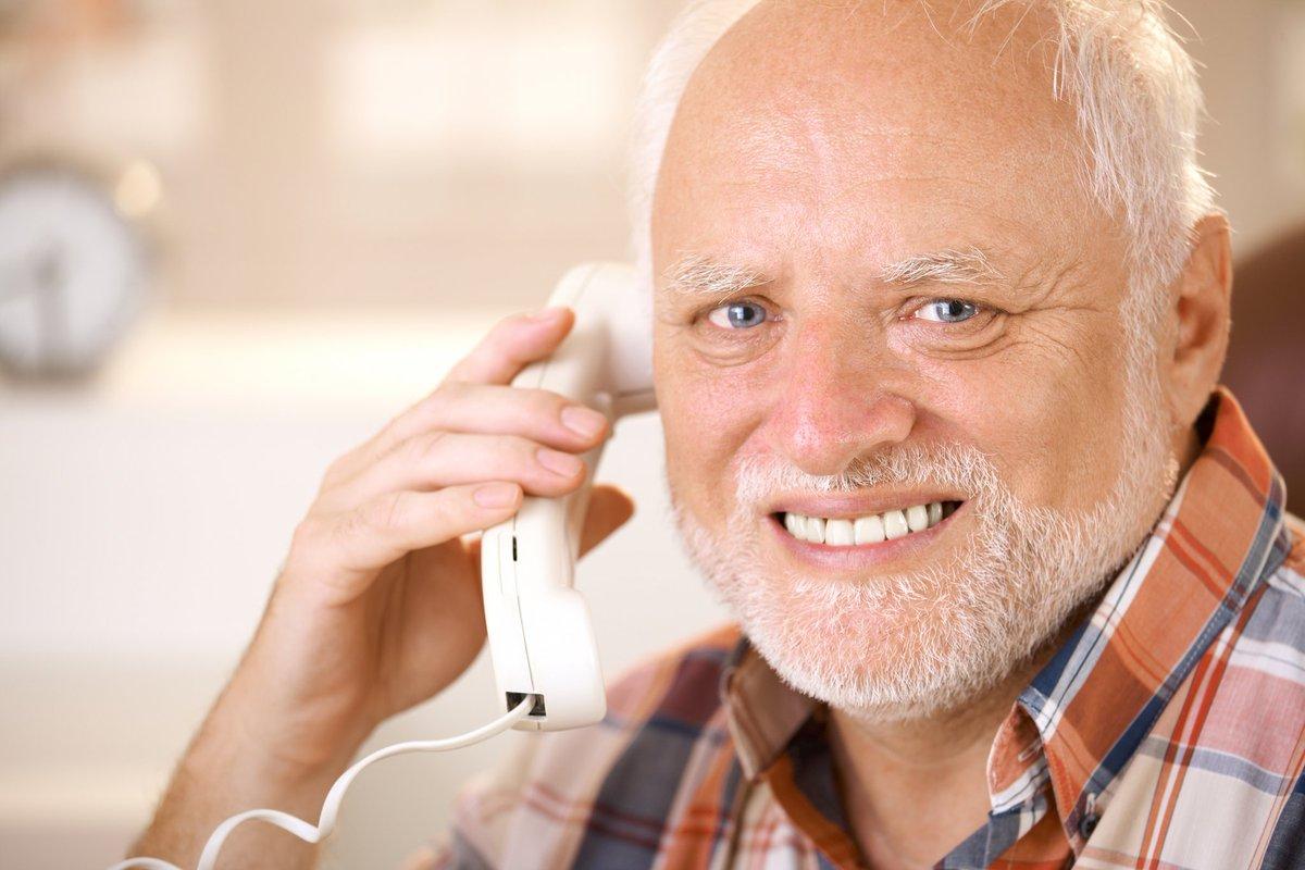 Гарольд говорит по телефону и улыбается