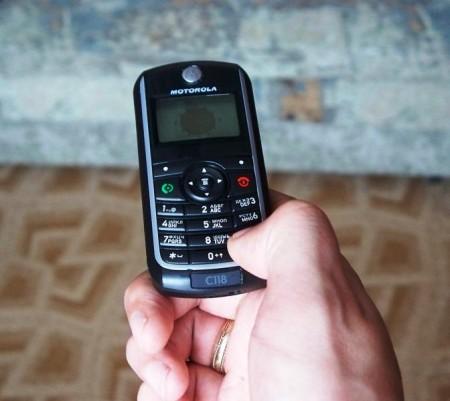 телефон свисает, фак!