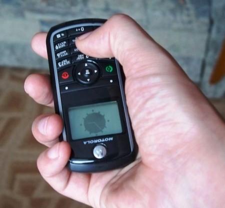 Телефон удобно лежит в руке