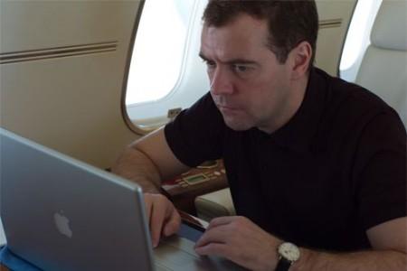 Медведев работает в самолете за ноутбуком MacBook Pro