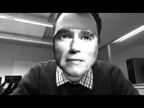 Маска в виде растянутого лица Арнольда Шварценеггера