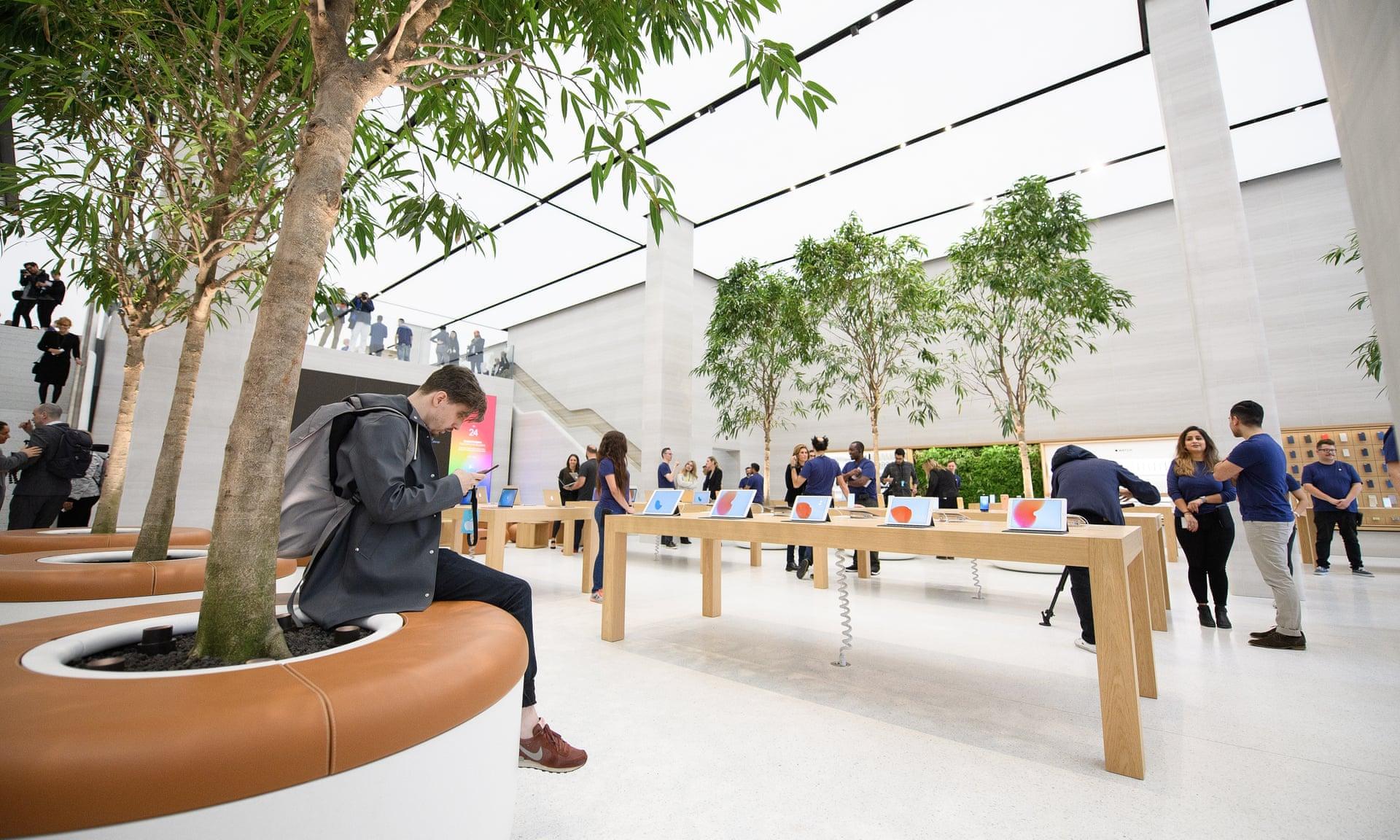 Аплодисменты и одобрительные возгласы: тщательно управляемая драма в магазинах Apple