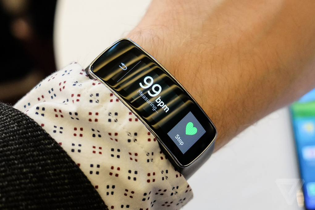 Samsung представил фитнес-браслет Gear Fit на #MWC2014