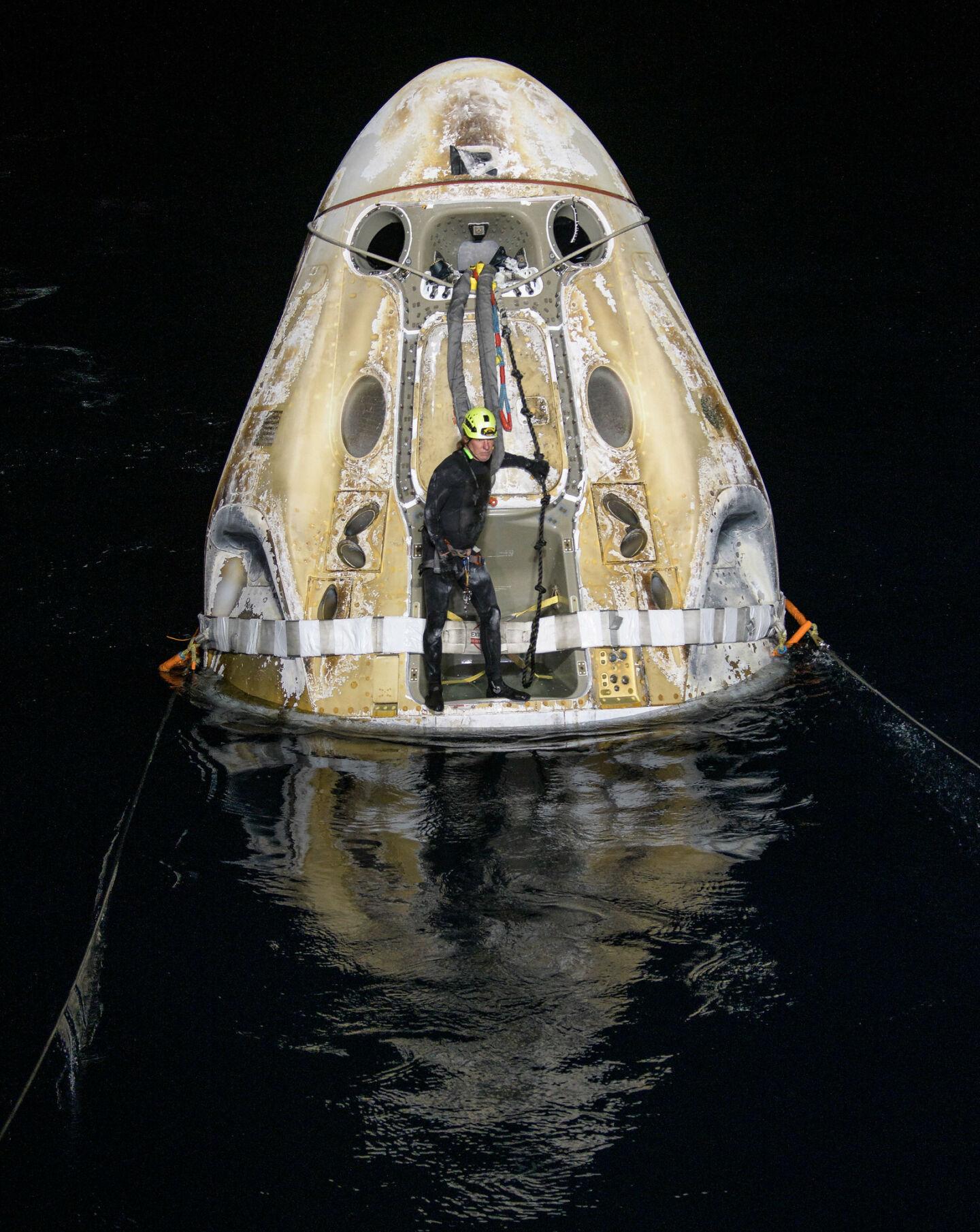 SpaceX использует вернувшийся на Землю корабль Crew Dragon для отправки на орбиту первых космических туристов