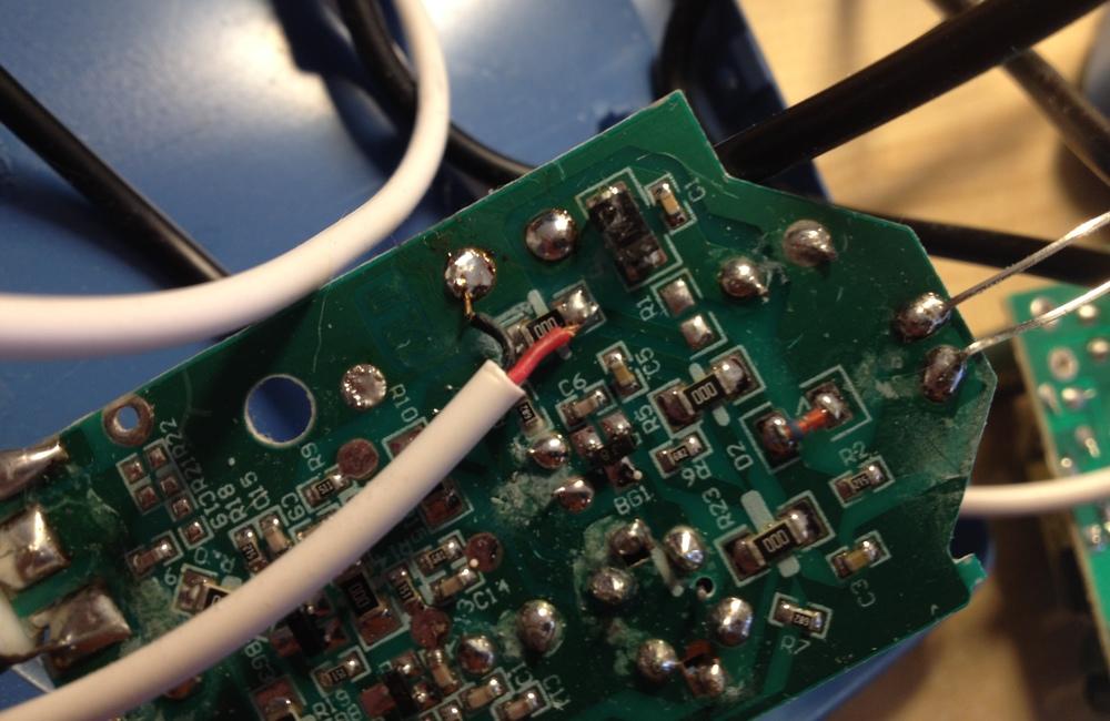 Модулятор питается вот так. 5v. Резистор R1 нужно выпаять.