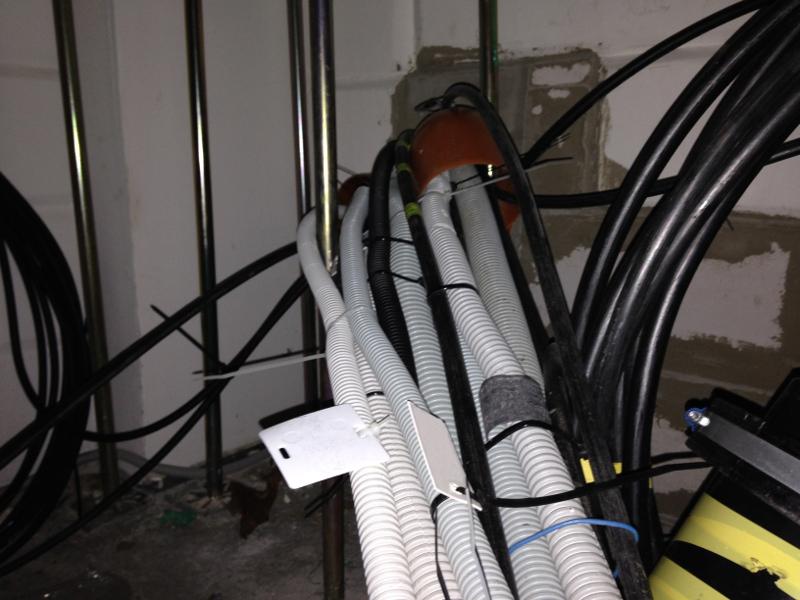 Кабели связи проложены под фальшполом и заведены в коммутационные стойки