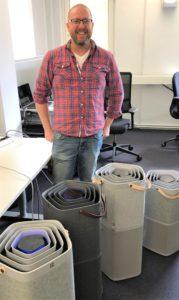 Андреас Ларссон с воздухоочистителями Pure A9, которые использовались во время пожара недалеко от штаб-квартиры Electrolux.