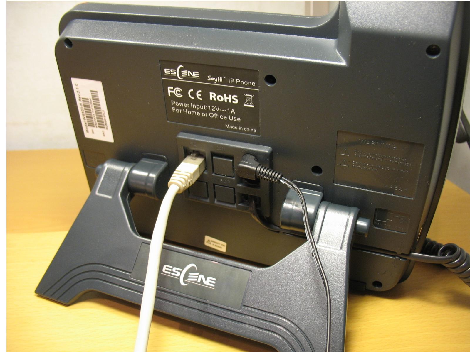 Задняя панель с подключенными проводами