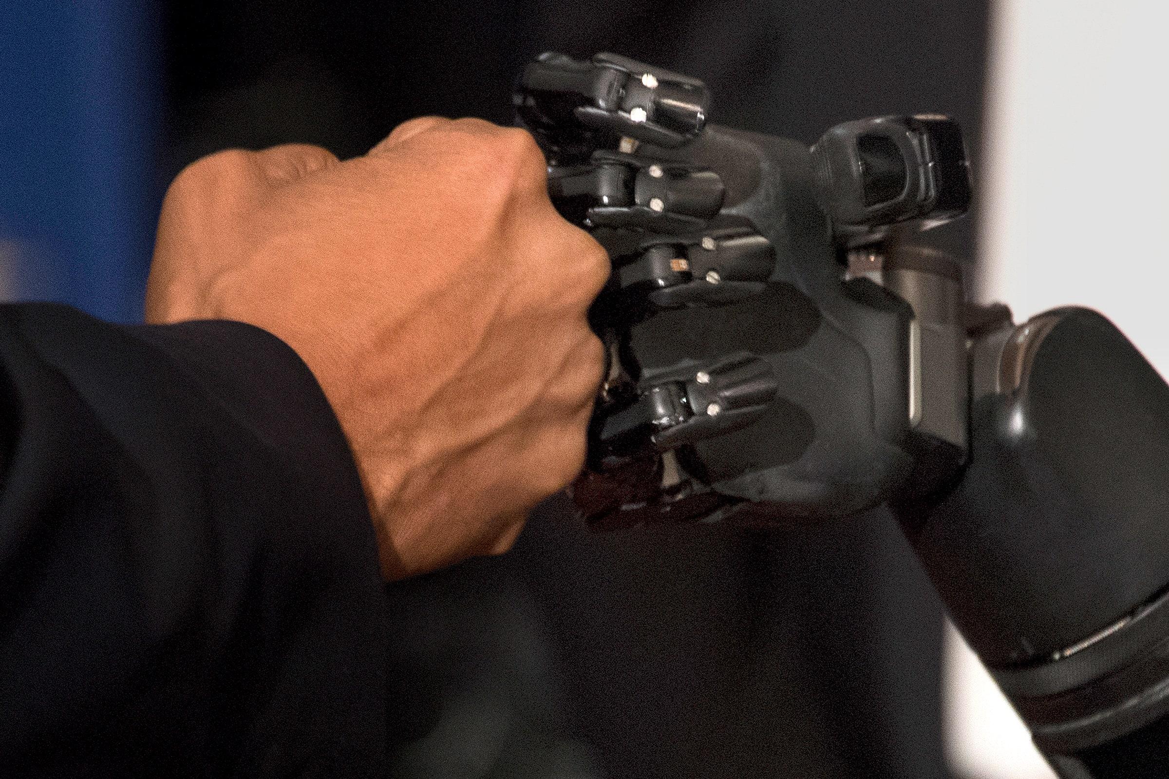 [Перевод] Эта роботизированная рука, управляемая мыслью, может поворачиваться, брать предметы и даже ощущать их