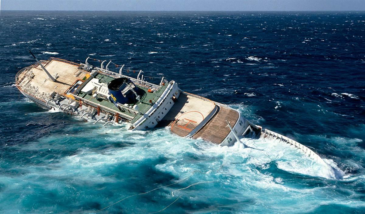 фото тонущего корабля белого