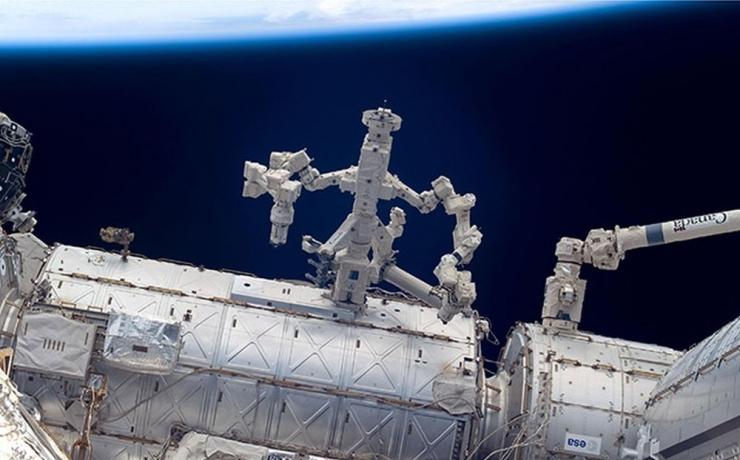 Робот Canadarm2 на МКС «прооперировал» сам себя