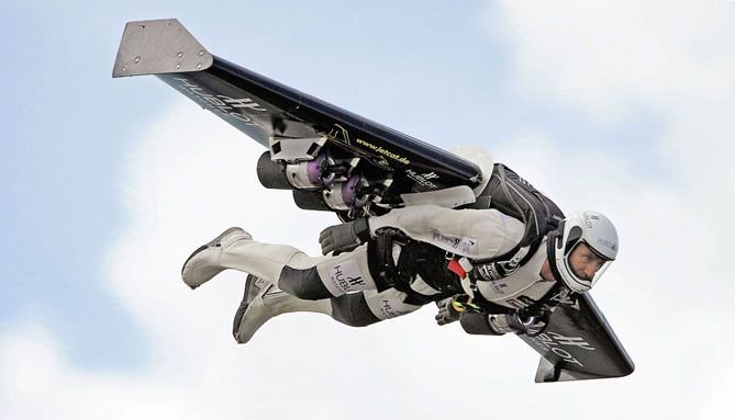Разработчик реактивного ранца и его ученик посоревновались в скорости с самолетом A380 (видео)