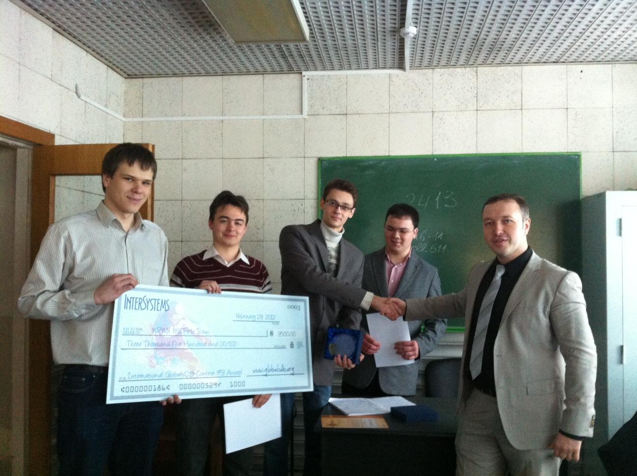 Вручение приза команде студентов - победителей GlobalsDB Challenge 3