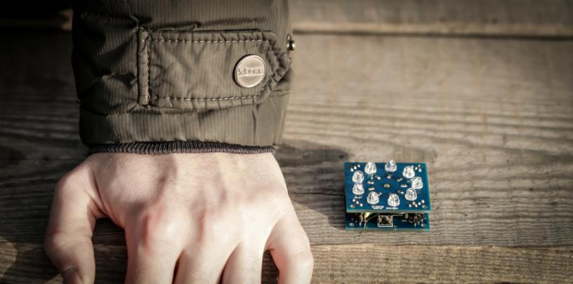 электронный тортик на фоне руки для сравнения размеров