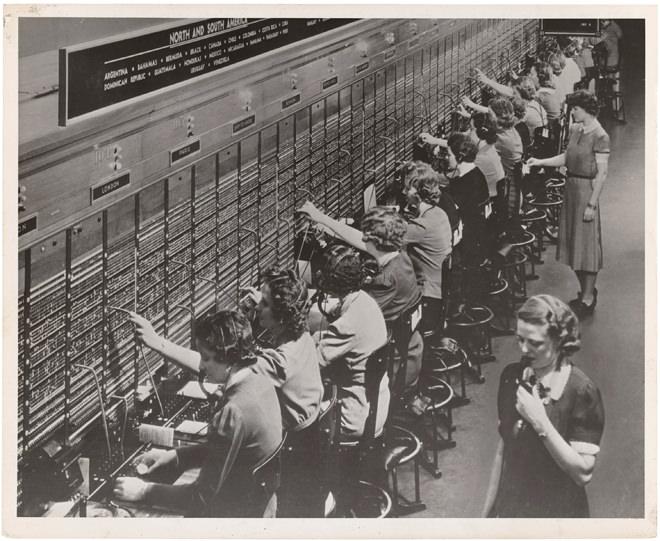 Примерно 1945 год. Дальние операторы на «кордовых досках». До середины века руки, ноги и голова оператора были рабочими лошадьми междугородней телефонной коммутации.