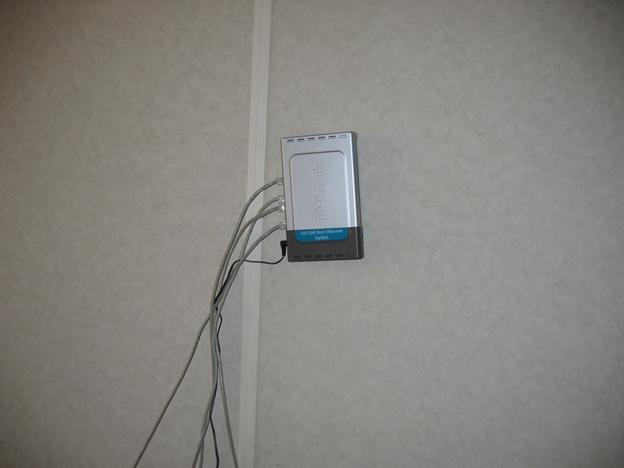 Фото 2. Первое сетевое оборудование компании Veeam Software, 2006 год, - коммутатор D-Link DES-1008D. Суммарная стоимость - $30.
