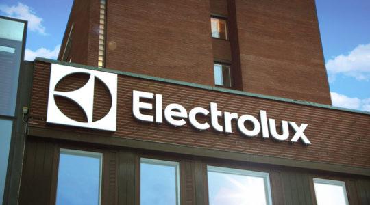 Логотип на стене глобальной штаб-квартиры Electrolux в Стокгольме, Швеция.