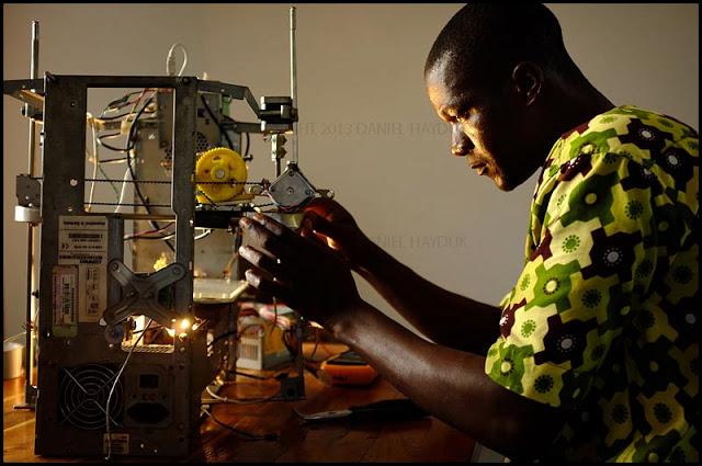 В африканском хакспейсе собирают 3d принтер из остатков компьютеров